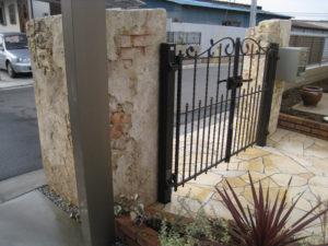 モルタル造形とアイアン風の門扉の相性は良いです