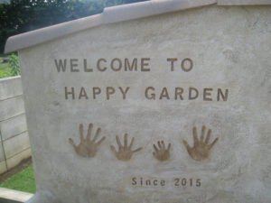 『WELCAOME TO HAPPY GARDEN』の彫り込み文字 と 家族の手形を…