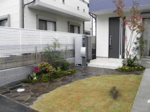 玄関前のアプローチと和風の坪庭