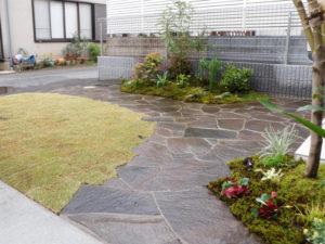 坪庭とアプローチ乱貼りと… 芝生