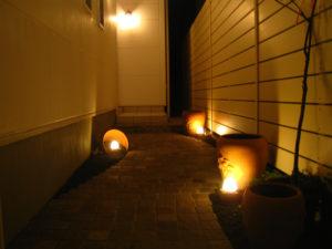 アプローチの照明… 実際は明るさが 1/fで ゆらぎます