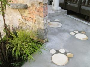 門袖脇の通路には、ちょっと遊び心の足跡を… 天然石を貼ってます