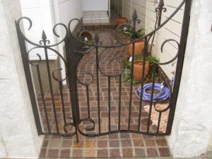 アイアン門扉を取付、アプローチ~玄関へとつながります