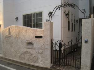 背の高い壁をモルタル造形で仕上げ、アイアンの門扉・アーチを取付