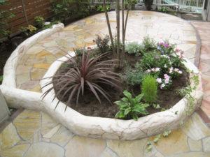 モルタル造形の花壇は、サークル部分からテラスまわりの一部に延ばして変化をつけました