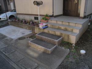 リフォーム前… 花壇はそのまま使い、玄関前の階段は一部解体し作り直しています