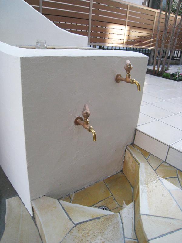 中庭でも使いやすい、駐車スペースでも使いやすい、絶妙な位置の水栓