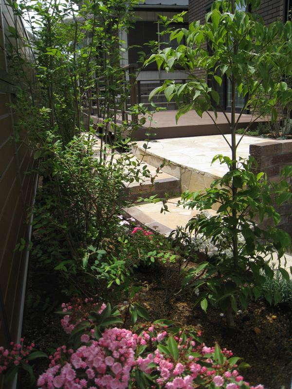 石やレンガの硬い印象、植物のやわらかい印象…  そのバランスが大事