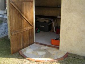 入口部分には、レンガと天然石の乱貼りを…