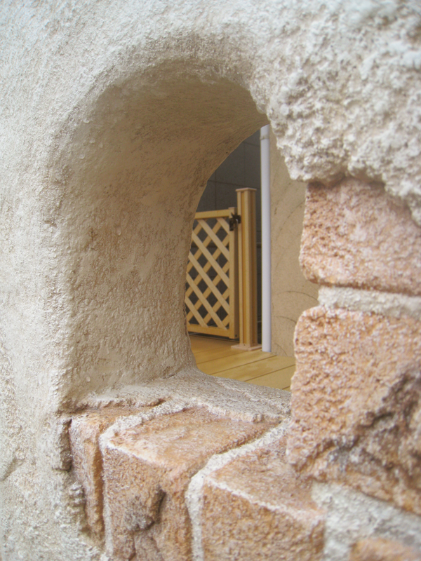 ニッチの向こうに見えるウッドデッキの扉… こういうの好きです