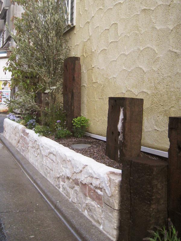 建物脇のスペースも、高さを上げて花壇にしました