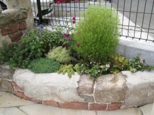 小さな花壇でも多種の草花を…