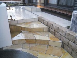 中庭入口の階段… 天然石乱貼りの変形階段が、結構 お気に入りです
