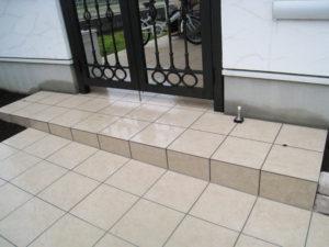 門扉の奥は建築屋さんのタイル貼り、手前の一段高い部分からは当社のタイル貼り…