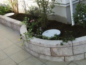 モルタル造形の花壇はオリジナルな雰囲気を出すにピッタリです