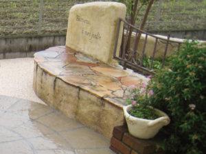 以前施工したモルタル造形のベンチ…