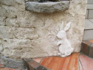 このウサギもお客様のご希望で… モルタル造形で作っています