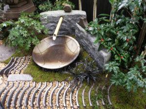 埼玉県入間市 施工[御影敷石と陶器製大皿を使った つくばい]