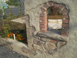 壁の小窓… 本物レンガではなく、モルタル造形で作っています