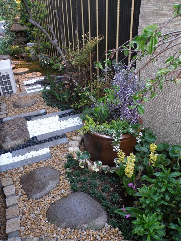 季節は春、階段から入った庭の手前からの風景… 如何でしょうか?