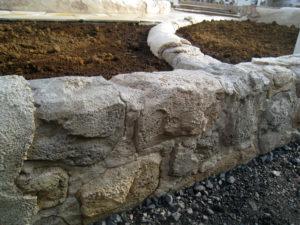 モルタル造形の石… 今回は少しゴツイ感じの石になりました