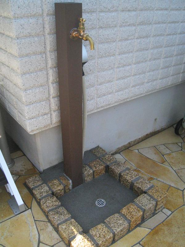 立水栓… 水栓柱は木材風、パンは御影石ピンコロで現場施工
