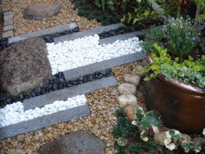 砂利は、錆砂利・白と黒の玉石を使ってデザインしています