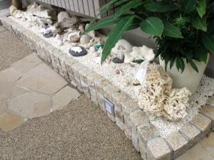 建物の出窓の下は、砂利を敷いて色々な貝やエアプランツを…