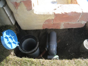 ⑦立水栓を置き、給排水配管をつなぎます