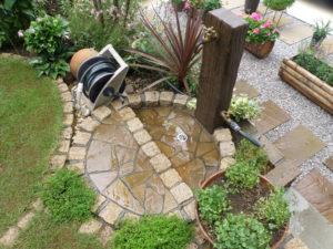 立水栓… 枕木風の水栓柱と御影石ピンコロ・乱形天然石を組み合せてデザイン