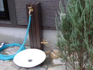 東京都清瀬市 施工[枕木風水栓柱と陶器製パンの立水栓]