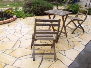 テラスにイスとテーブルを置いて、広い庭を眺めつつ お茶でも…