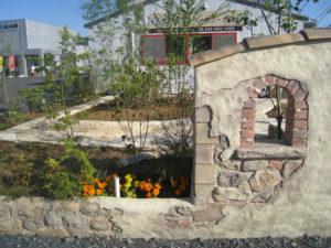 モルタル造形の壁 と 乱形天然石貼りのアプローチ、そして植栽を…